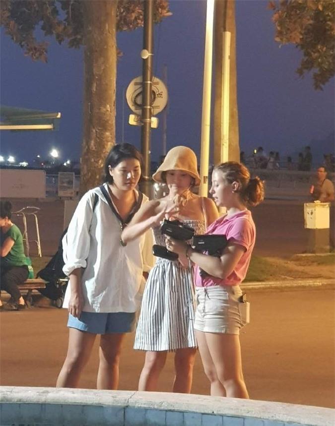 hau-ly-hon-song-joong-ki-tron-mat-tam-con-song-hye-kyo-lai-ngay-cang-sexy-khong-ngai-khoe-da-thit-di-choi-muon-noi_5-1566412777-width675height859