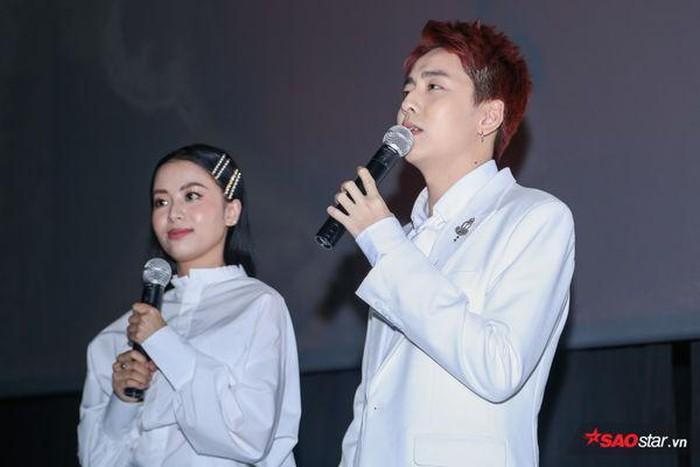 OSAD và Eisaya Hosuwan khiến fan 'đẩy thuyền' vì loạt khoảnh khắc 'tình bể bình' trong buổi họp báo