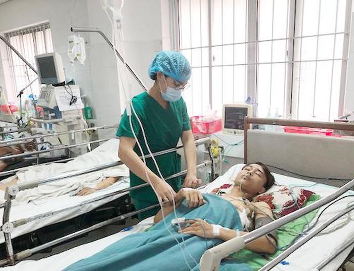 Cứu sống bệnh nhân bị bạn dùng thanh sắt đâm xuyên cổ