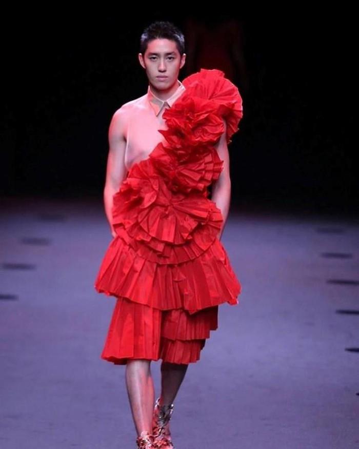 Trai đẹp 'Con tim sắt đá' mặc đồ hoa dâm bụt nữ tính trên sàn diễn