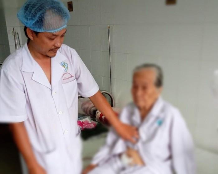 Cứu sống cụ bà bị sỏi bàng quang nặng gần 1 kg kèm bệnh tim nặng