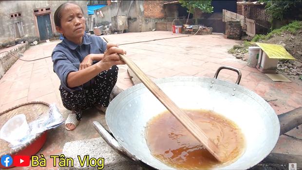 Không ai như bà Tân Vlog: làm caramen cho cả lòng trắng trứng, vậy mà vẫn xuất sắc hoàn thành chiếc caramen siêu to khổng lồ - Ảnh 2.
