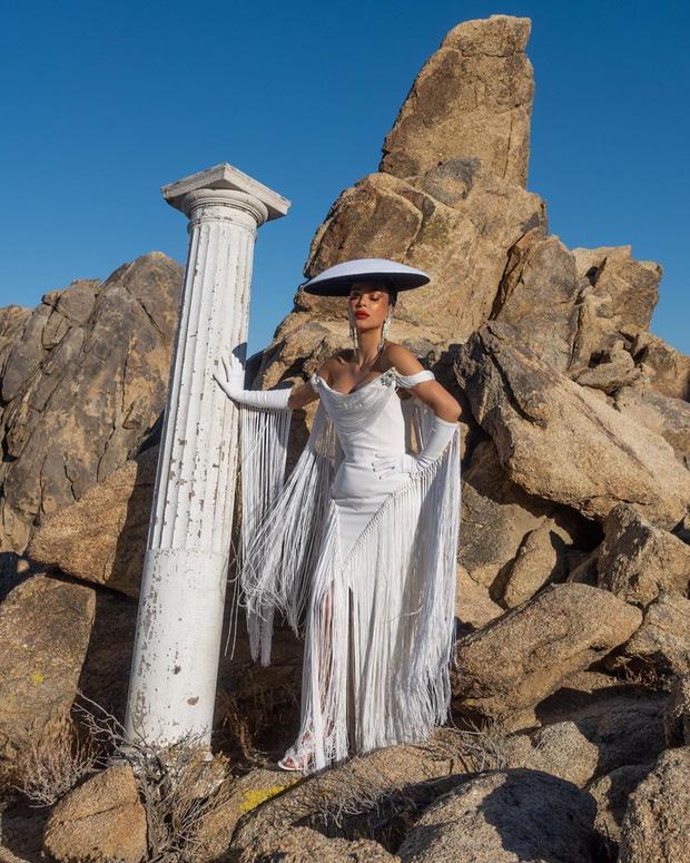 Kim Kardashian gây bão với bộ ảnh quý phái khác lạ, đốt mắt với siêu vòng 1 o ép và thần thái ngút ngàn - Ảnh 2.