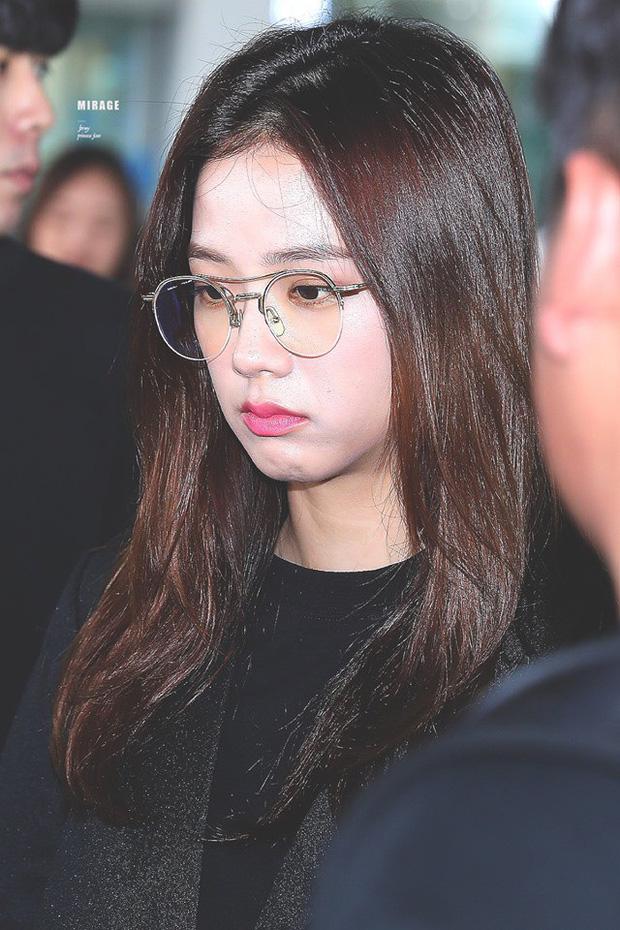 BLACKPINK gây náo loạn sân bay: Jennie ngầu như tổng tài, Lisa và Rosé đơn giản nhưng xinh như búp bê sống - Ảnh 15.