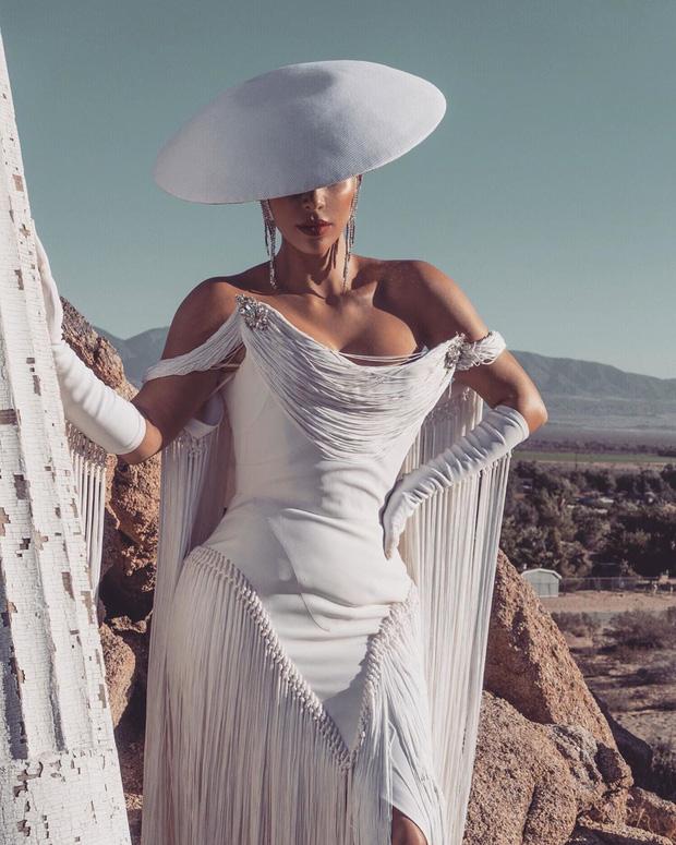 Kim Kardashian gây bão với bộ ảnh quý phái khác lạ, đốt mắt với siêu vòng 1 o ép và thần thái ngút ngàn - Ảnh 1.