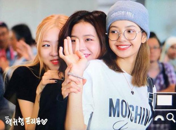 BLACKPINK gây náo loạn sân bay: Jennie ngầu như tổng tài, Lisa và Rosé đơn giản nhưng xinh như búp bê sống - Ảnh 18.