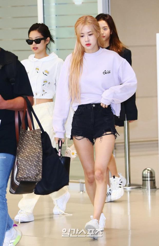 BLACKPINK gây náo loạn sân bay: Jennie ngầu như tổng tài, Lisa và Rosé đơn giản nhưng xinh như búp bê sống - Ảnh 4.