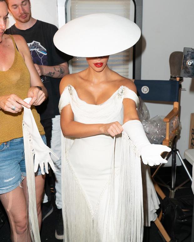 Kim Kardashian gây bão với bộ ảnh quý phái khác lạ, đốt mắt với siêu vòng 1 o ép và thần thái ngút ngàn - Ảnh 3.