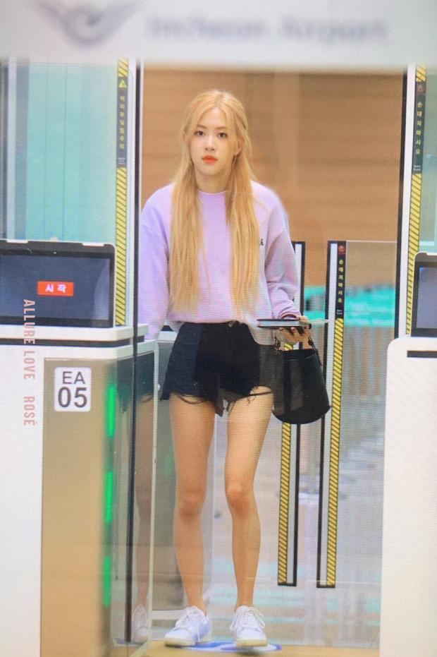 BLACKPINK gây náo loạn sân bay: Jennie ngầu như tổng tài, Lisa và Rosé đơn giản nhưng xinh như búp bê sống - Ảnh 5.
