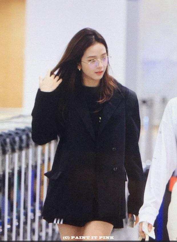BLACKPINK gây náo loạn sân bay: Jennie ngầu như tổng tài, Lisa và Rosé đơn giản nhưng xinh như búp bê sống - Ảnh 13.