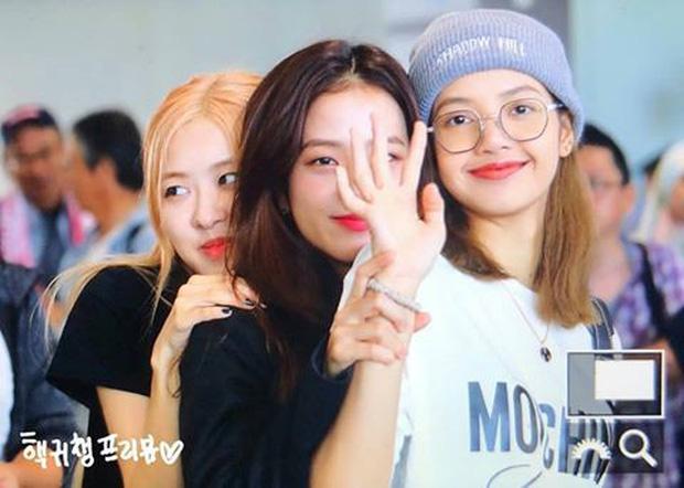 BLACKPINK gây náo loạn sân bay: Jennie ngầu như tổng tài, Lisa và Rosé đơn giản nhưng xinh như búp bê sống - Ảnh 17.