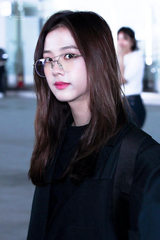 BLACKPINK gây náo loạn sân bay: Jennie ngầu như tổng tài, Lisa và Rosé đơn giản nhưng xinh như búp bê sống - Ảnh 16.