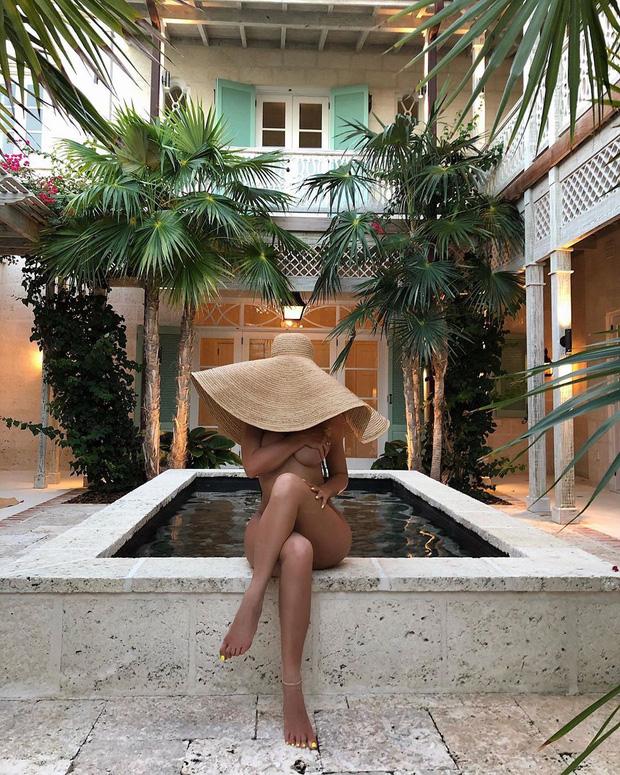 Ngày nảy ngày nay, Kylie Jenner nude 100% ôm chồng dưới tán cây, nhìn thấy vòng 3 mà nóng bỏng tay - Ảnh 2.