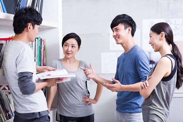Tiếp xúc, chia sẻ với mọi người giúp bạn dễ tìm ra giải pháp cho mọi vấn đề