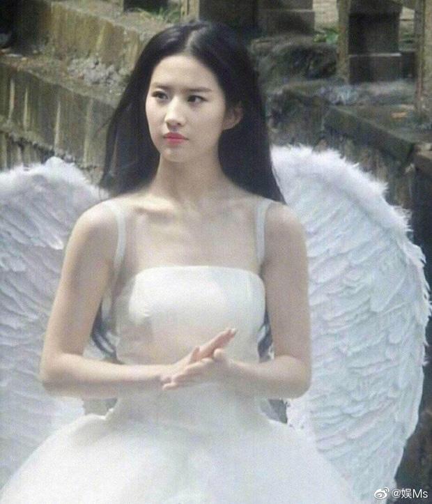 Series ảnh team qua đường chụp nữ thần Cbiz: Lưu Diệc Phi - Nhiệt Ba như tiên tử, Dương Tử có lung linh như trên TV? - Ảnh 1.