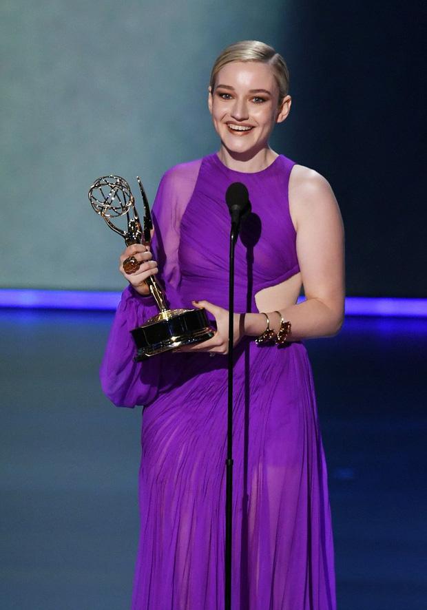 Chọn đầm tím lịm của Công Trí dự Emmy 2019, nữ diễn viên người Mỹ giành luôn giải thưởng cao quý nhất - Ảnh 5.