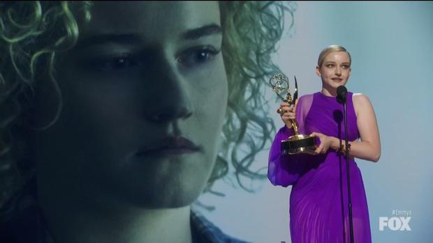 Chọn đầm tím lịm của Công Trí dự Emmy 2019, nữ diễn viên người Mỹ giành luôn giải thưởng cao quý nhất - Ảnh 4.