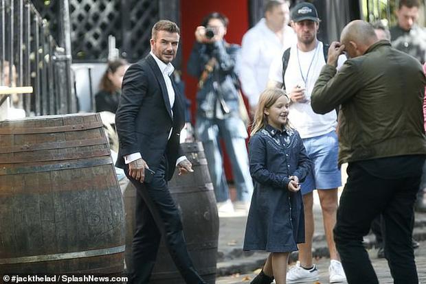 Đưa con gái út cùng đi quay quảng cáo, ngờ đâu David Beckham lại bị lu mờ vì nhan sắc và vẻ trưởng thành của Harper - Ảnh 1.