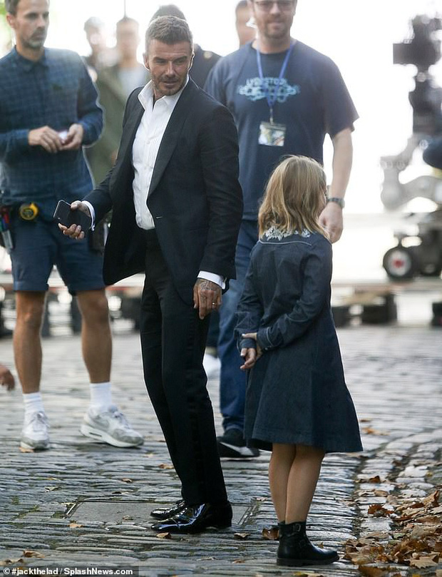 Đưa con gái út cùng đi quay quảng cáo, ngờ đâu David Beckham lại bị lu mờ vì nhan sắc và vẻ trưởng thành của Harper - Ảnh 2.