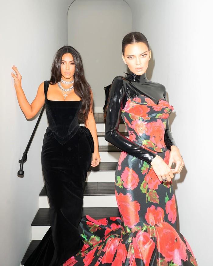 Em gái chân dài nhà Kardashian lại chuộng mốt 'quên nội y' xuống phố