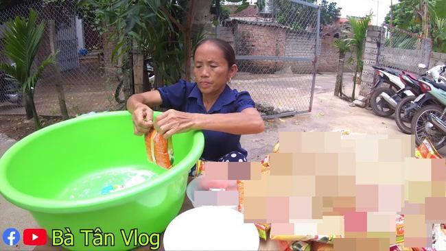 Bà Tân Vlog lại bị tố gian dối, đến mức khán giả gửi cả tâm thư chỉ trích cách nấu  món cháo cho trẻ em theo cách chẳng giống ai - Ảnh 2.