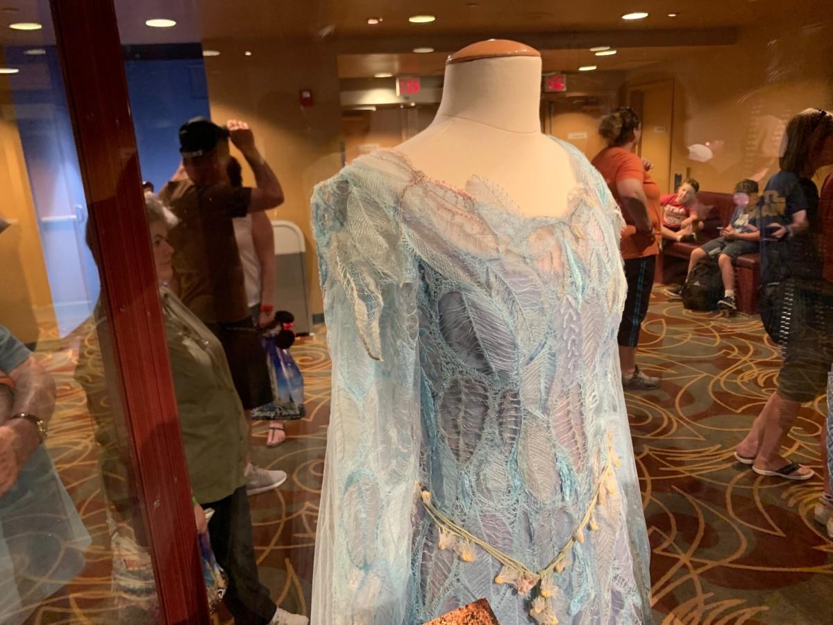 Đầm xanh ren của công chúa Aurora