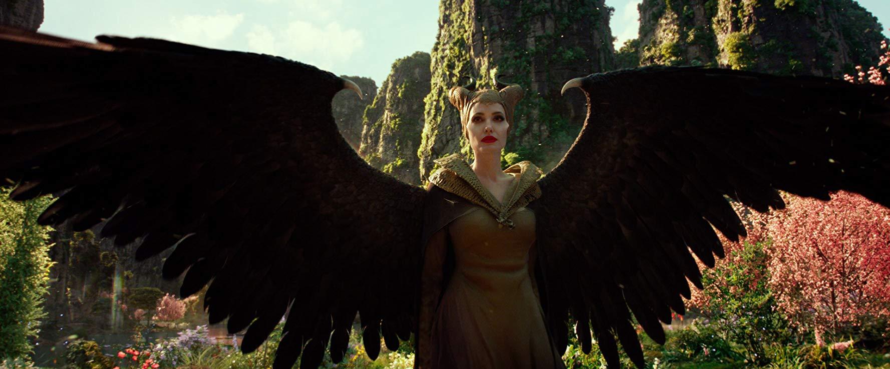 Angelina Jolie đầm xanh rêu cổ ánh vàng