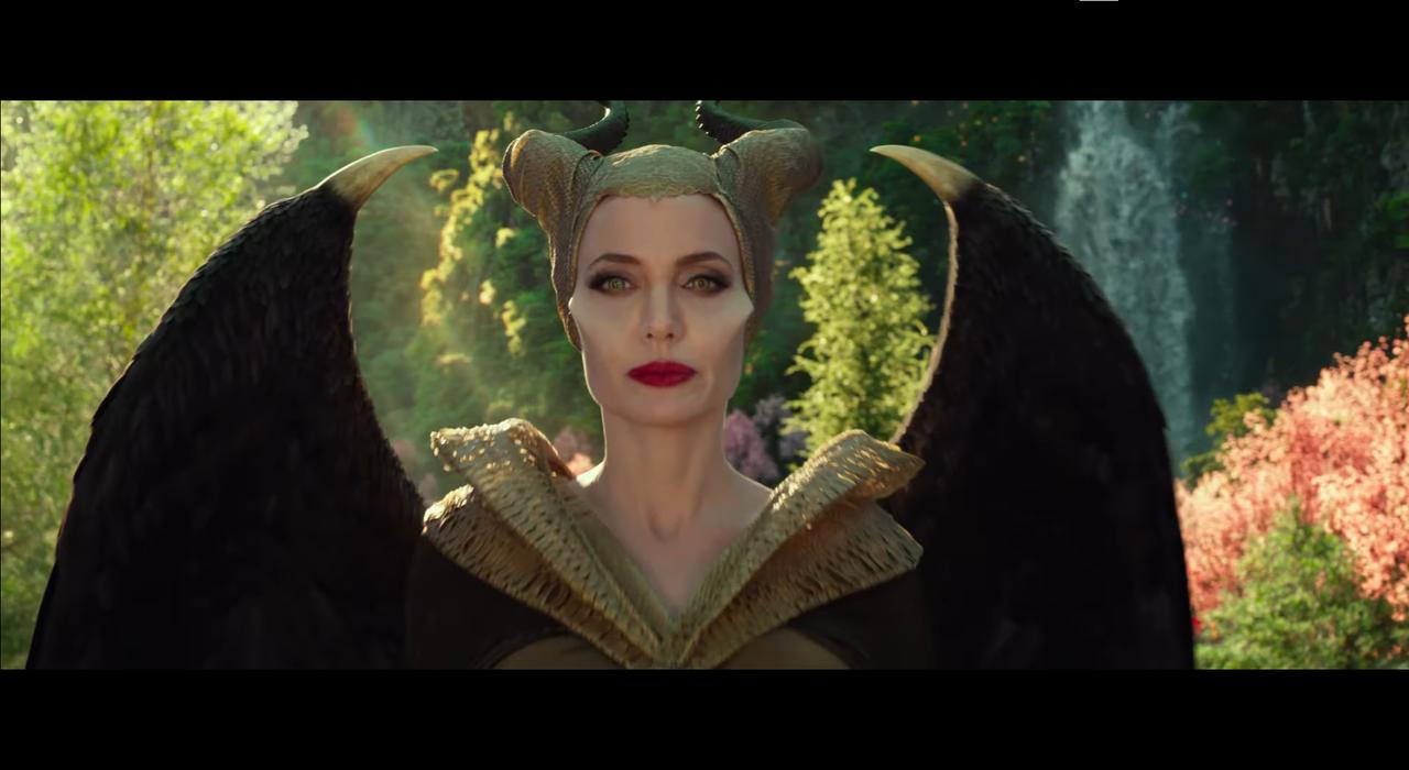 Angelina Jolie đầm cổ V ánh vàng