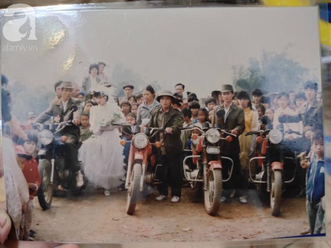 """Chuyện chưa từng yêu nhưng vẫn đám cưới của cô hoa khôi Lạng Sơn 29 năm trước: Là người đầu tiên trong làng mặc váy cưới và dàn """"siêu xe"""" rước dâu khiến tất cả """"lác mắt"""" - Ảnh 2."""