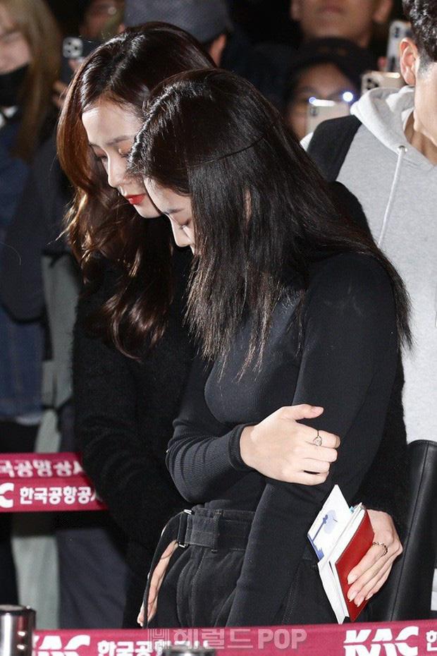 Fan BLACKPINK hoang mang: Jennie muốn biến mất, kiệt quệ đến mức phải nhờ người dìu tại sân bay gần đây - Ảnh 4.