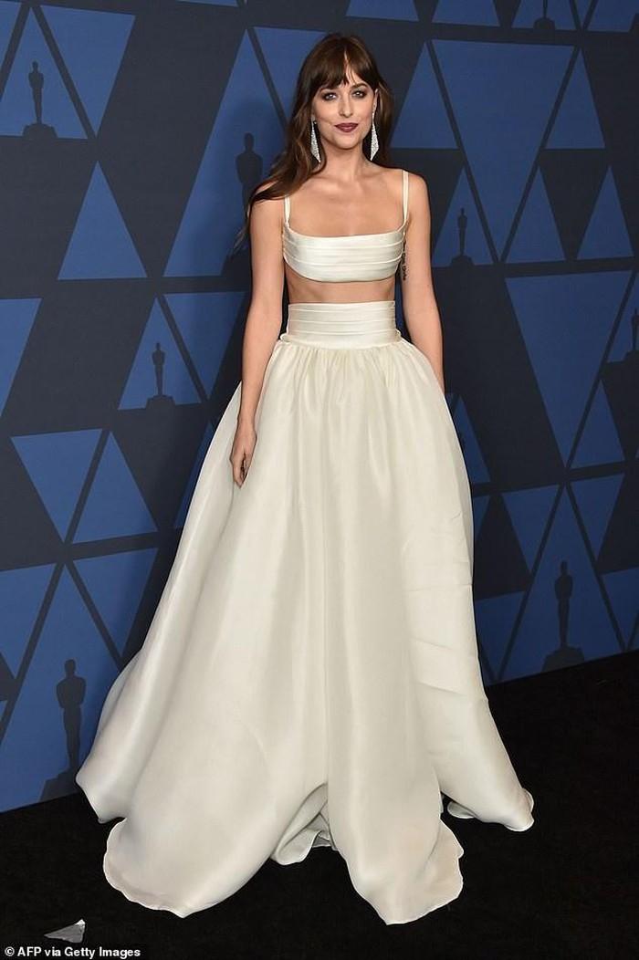Jennifer Lopez và mỹ nhân '50 sắc thái' chiếm trọn spotlight trên 'thảm đen' trong các thiết kế váy đơn sắc