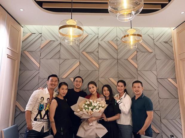Được ông xã Louis Nguyễn và hội bạn thân mở tiệc hậu sinh nhật nhưng Tăng Thanh Hà lại gây chú ý nhờ điều này - Ảnh 2.