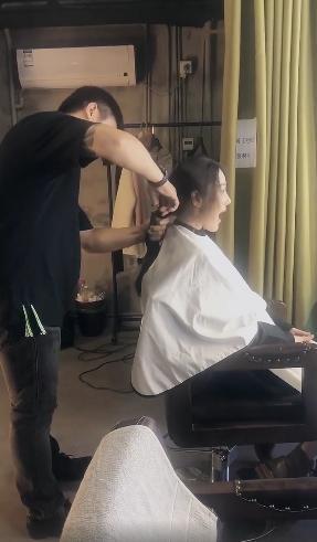 Trương Hinh Dư khóc nức nở vì phải cắt phăng mái tóc dài nuôi ngần ấy năm để vào vai quân nhân - Ảnh 2.