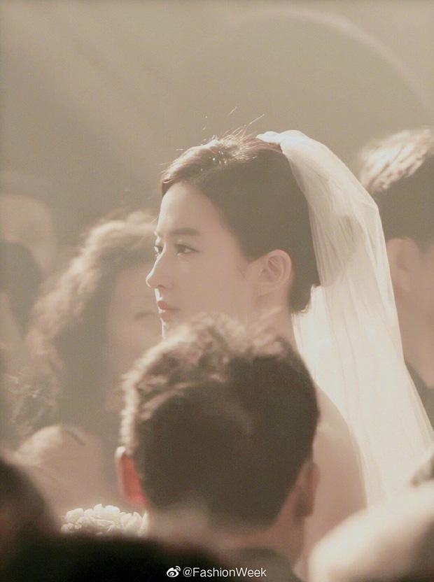 Chùm ảnh Lưu Diệc Phi mặc váy cưới: Giai nhân tuyệt mỹ đẹp từng góc độ, bảo sao danh xưng Thần tiên tỷ tỷ chưa ai lật đổ - Ảnh 7.