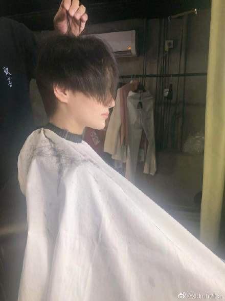Trương Hinh Dư khóc nức nở vì phải cắt phăng mái tóc dài nuôi ngần ấy năm để vào vai quân nhân - Ảnh 6.