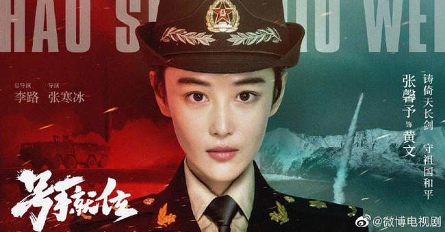 Trương Hinh Dư khóc nức nở vì phải cắt phăng mái tóc dài nuôi ngần ấy năm để vào vai quân nhân - Ảnh 1.