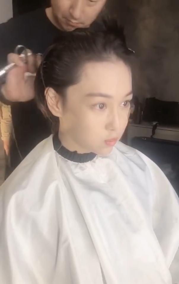 Trương Hinh Dư khóc nức nở vì phải cắt phăng mái tóc dài nuôi ngần ấy năm để vào vai quân nhân - Ảnh 4.