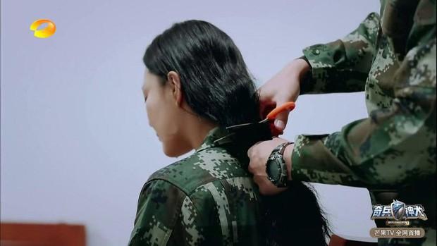 Trương Hinh Dư khóc nức nở vì phải cắt phăng mái tóc dài nuôi ngần ấy năm để vào vai quân nhân - Ảnh 10.