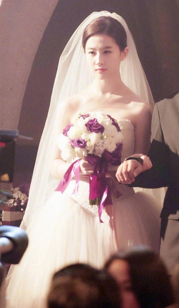 Chùm ảnh Lưu Diệc Phi mặc váy cưới: Giai nhân tuyệt mỹ đẹp từng góc độ, bảo sao danh xưng Thần tiên tỷ tỷ chưa ai lật đổ - Ảnh 2.