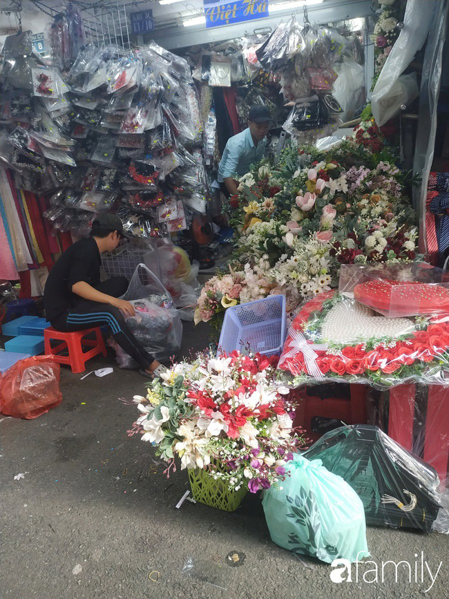 """Vào mùa cưới, người Sài Gòn lại rủ nhau tới khu chợ đồ cưới """"bao rẻ, bao đẹp"""" ở quận Tân Bình - Ảnh 13."""