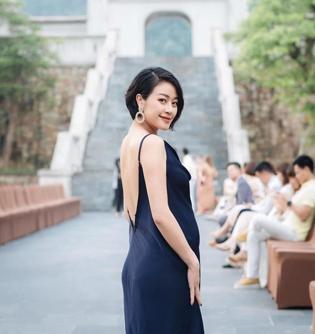 """MC Phí Linh khoe mặt mộc bầu 7 tháng thay đổi """"khủng khiếp"""", tiết lộ giới tính em bé và chia sẻ chuyện không sắm đồ mới, đi xin đồ cũ cho con - Ảnh 1."""
