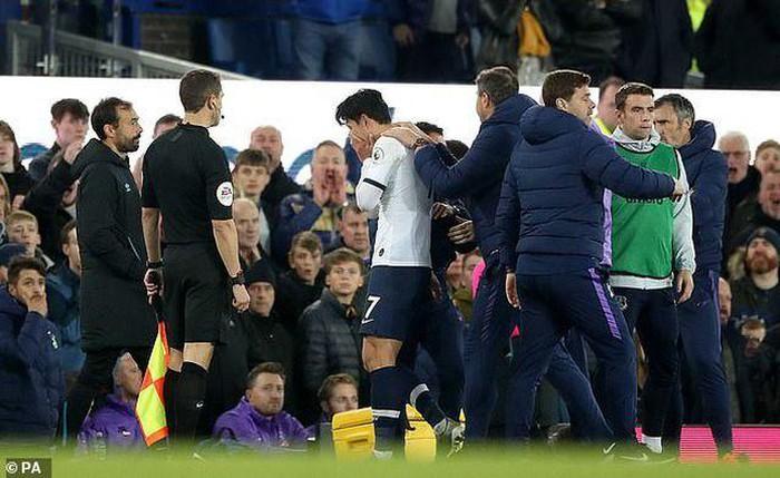 Son Heung-min bật khóc sau khi làm gãy cổ chân cầu thủ Everton