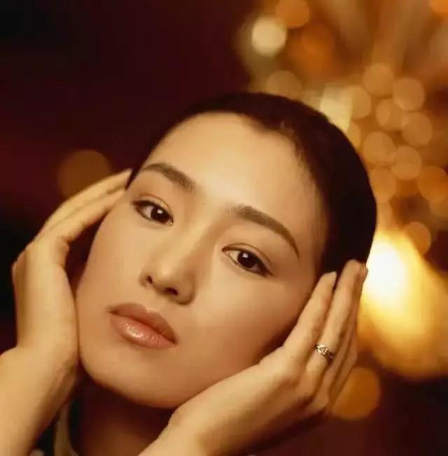 """Nhìn lại loạt ảnh tuổi 20 của Củng Lợi, người từng được giới báo chí nước ngoài gọi là """"người phụ nữ đẹp nhất phương Đông"""" - Ảnh 1."""