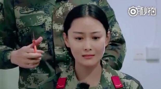 Trương Hinh Dư khóc nức nở vì phải cắt phăng mái tóc dài nuôi ngần ấy năm để vào vai quân nhân - Ảnh 11.