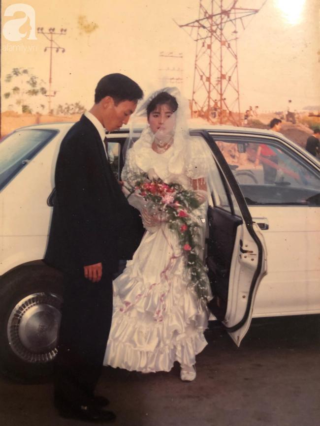 Đám cưới của trai phố Hà Nội và cô gái quê 25 năm trước: Tình yêu từ cái nhìn đầu tiên cho đến khi cùng nắm tay nhau rời xa trần thế! - Ảnh 2.