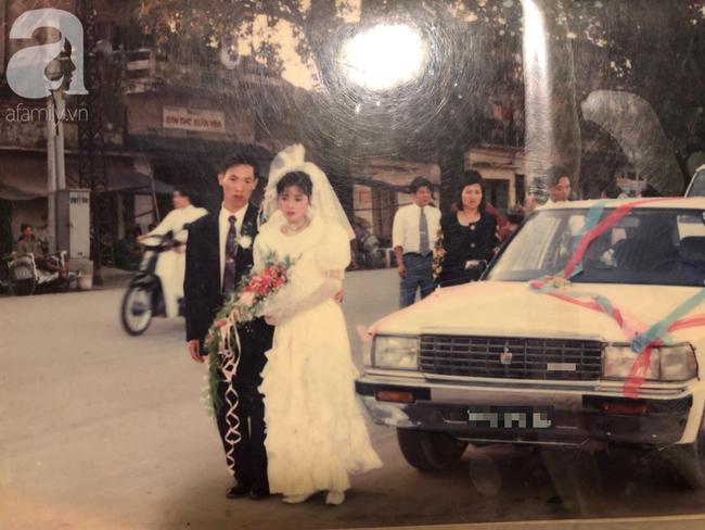 Đám cưới của trai phố Hà Nội và cô gái quê 25 năm trước: Tình yêu từ cái nhìn đầu tiên cho đến khi cùng nắm tay nhau rời xa trần thế! - Ảnh 1.