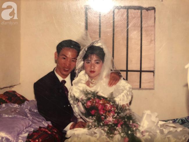 Đám cưới của trai phố Hà Nội và cô gái quê 25 năm trước: Tình yêu từ cái nhìn đầu tiên cho đến khi cùng nắm tay nhau rời xa trần thế! - Ảnh 3.