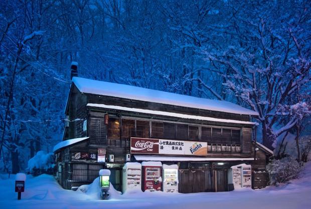 Vẻ đẹp rực rỡ trong đêm của những chiếc máy bán hàng tự động cô độc trên khắp các nẻo đường Nhật Bản - Ảnh 3.