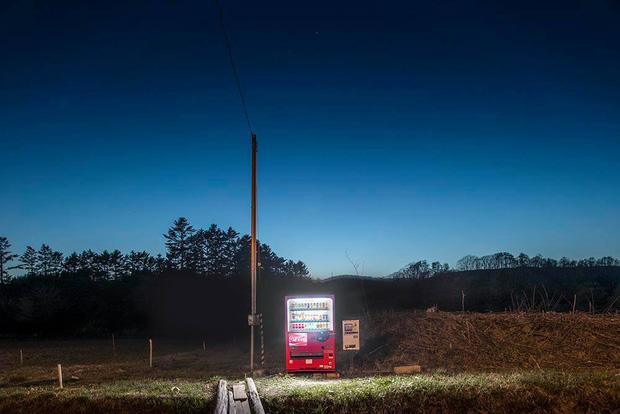 Vẻ đẹp rực rỡ trong đêm của những chiếc máy bán hàng tự động cô độc trên khắp các nẻo đường Nhật Bản - Ảnh 6.