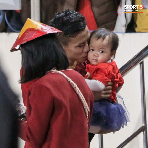 Bạn gái Văn Toàn kể chuyện là con rơi, ở Hà Nội bao năm bố mẹ không lên thăm nhưng lại ra tận sân xem bóng đá - Ảnh 4.
